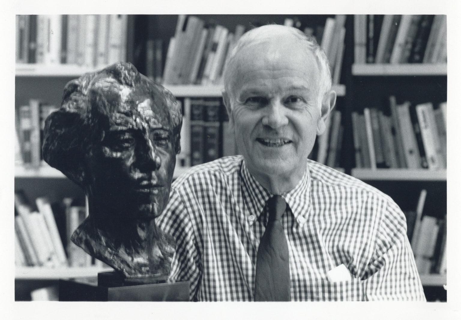 Henry-Louis de La Grande derrière un buste de Mahler