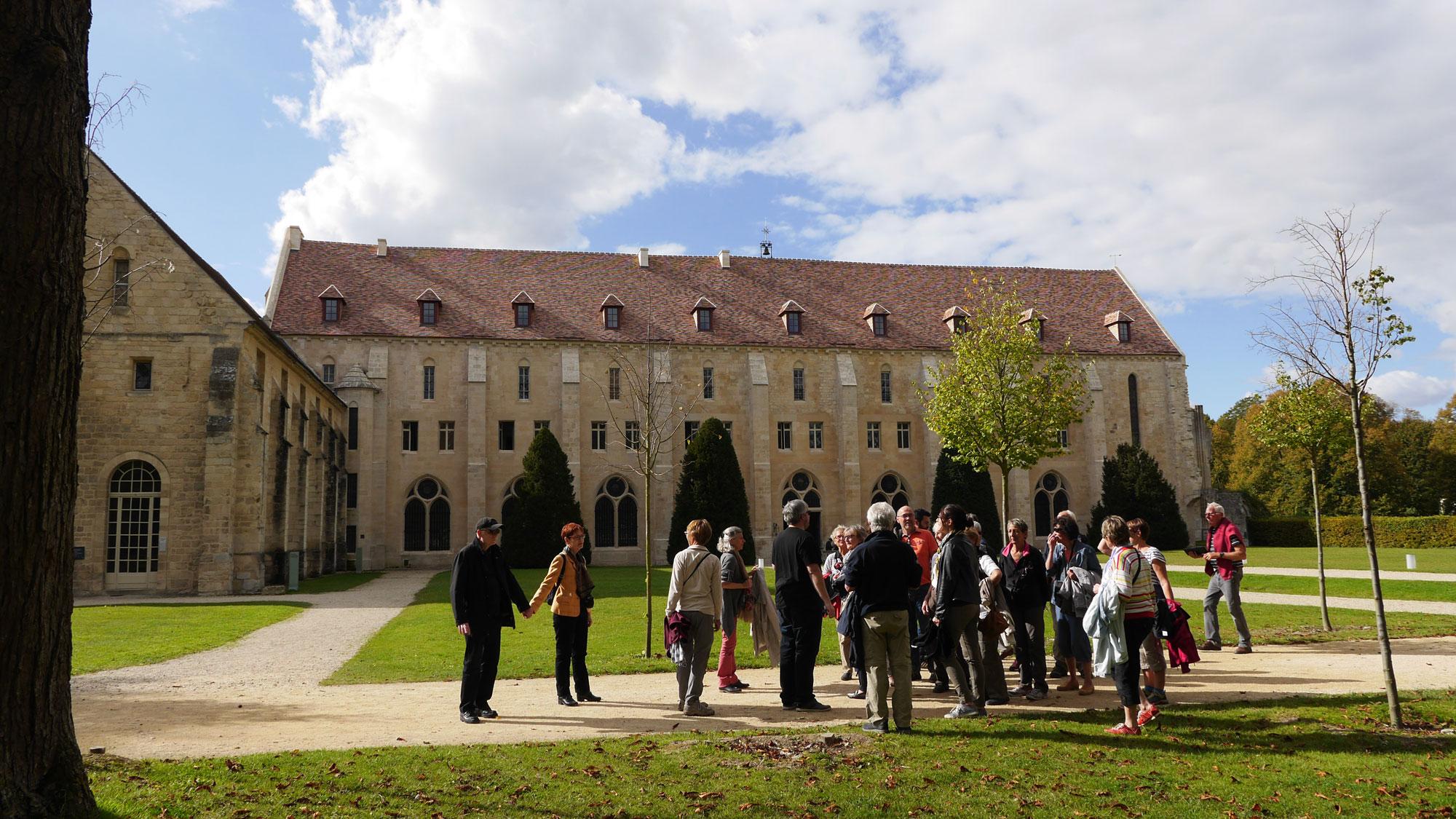 Groupe de visiteurs devant l'abbaye