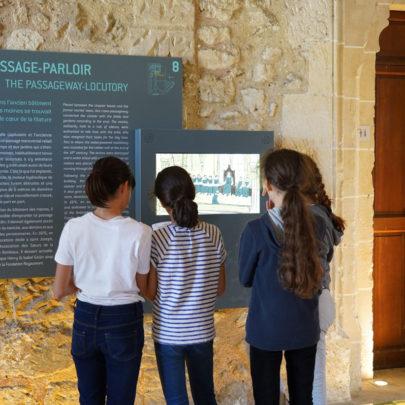 Jeunes filles devant un panneau numérique