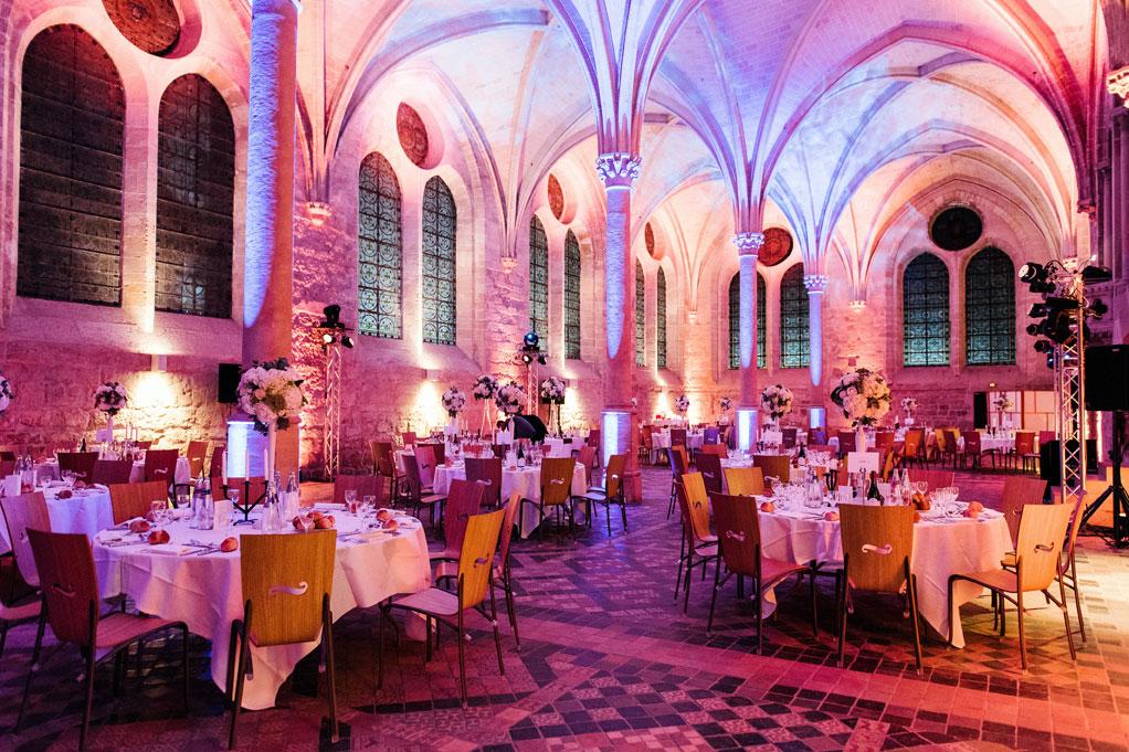 Le réfectoire des moines décoré pour un dîner de fête