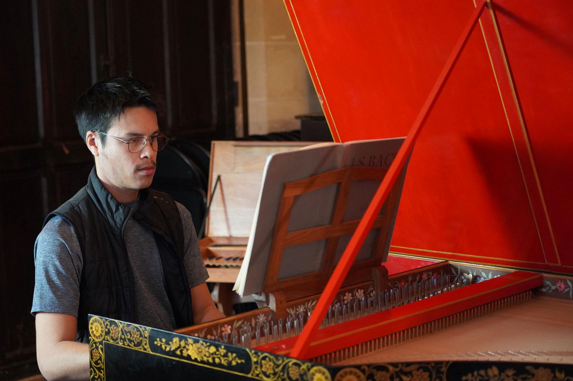 Jean-Luc Ho jouant sur le clavecin Vater de la Fondation royaumont