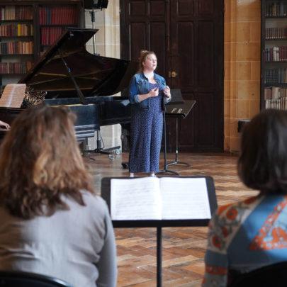 Des lauréats de l'Académie Orsay-Royaumont dans la bibliothèque