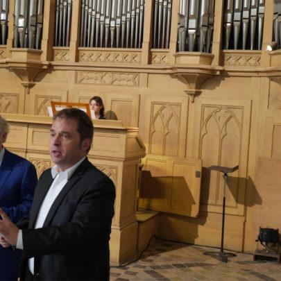 Chenteur devant l'orgue Cavaillé-Coll