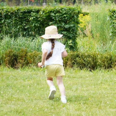 Petite fille courant dans le jardin